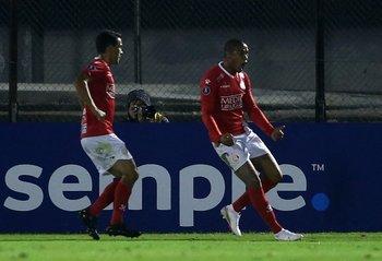 Andrés Rodales y Martín González celebran el 1-1