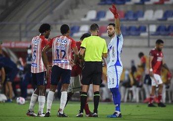 Ostojich habla con Sebastián Viera al parar el partido