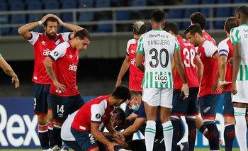 Guzmán Corujo se toma la cabeza mientras la sanidad tricolor atiende a Felipe Carballo ante Atlético Nacional