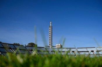 Césped y torre de los homenajes de la tribuna Olímpica