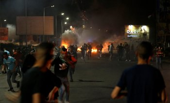 Los manifestantes palestinos huyen del gas disparado por los soldados israelíes durante una manifestación anti-Israel por las tensiones en Jerusalén
