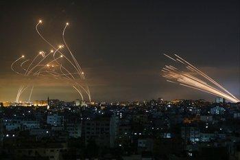 Cohetes disparados hacia Israel desde Beit Lahia en el norte de la Franja de Gaza este 14 de mayo de 2021