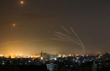 Una imagen muestra que se dispararon cohetes hacia Israel desde Beit Lahia, en el norte de la Franja de Gaza