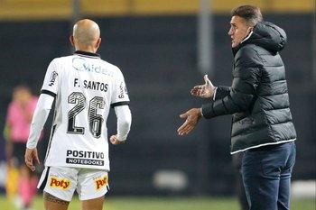 Vagner Mancini le da indicaciones a Fabio Santos que no paró a nadie