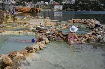 Visitantes pueden disfrutar de piscinas naturales de agua termal en la isla de Eubea