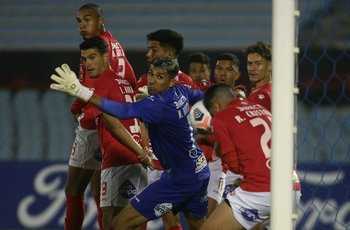 Ramiro Cristóbal de cabeza sacó la pelota de la línea contra Sao Paulo