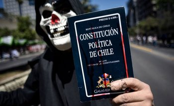 Una de las principales demandas de los chilenos durante las protestas fue el cambio de la actual Constitución, ampliamente criticada por haber sido creada en 1980 durante el régimen militar de Augusto Pinochet.