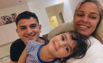 Agustín Álvarez Martínez junto a su pareja Thalía y su hija Julia