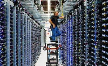 Un operario trabajando en un centro de datos de Google.