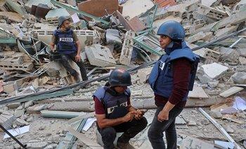 Periodistas en los escombros de la Jala Tower, donde funcionaban las redacciones de medios de prensa, tras ser bombardeada en la franja de Gaza