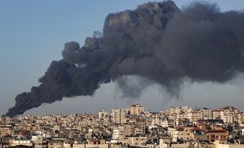 Una nube de humo sobre la franja de Gaza luego de un bombardeo del ejército de Israel