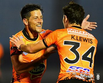 Pablo Olivera festeja su gol con Kevin Lewis