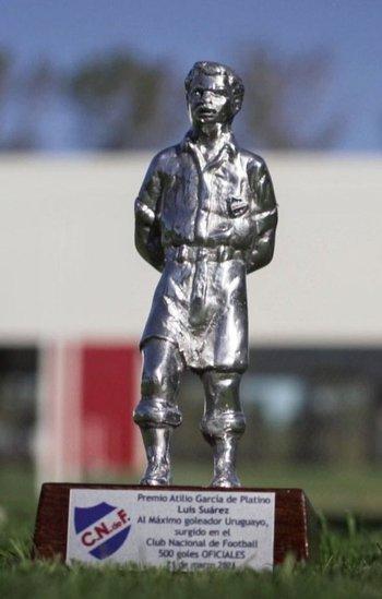 El Atilio de platino que Nacional le envió a Luis Suárez por ser el uruguayo con más goles oficiales de la historia