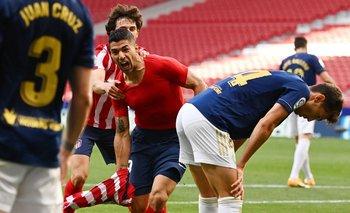 Luis Suárez festeja su gol y los jugadores de Osasuna no lo pueden creer