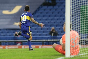 Carlos Tevez celebra su gol