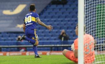 Tevéz, que ya no sigue en Boca, festeja su gol ante el arquero juvenil de River
