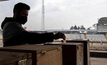 Un hombre emite su voto durante las elecciones para elegir alcaldes, concejales y una comisión para reescribir la constitución en un colegio electoral instalado en el Estadio Monumental de Santiago.