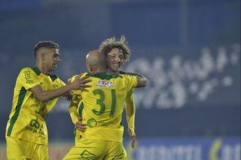 Esteban Da Silva, Cristian Cruz y Maxi Pérez celebran el 3-1