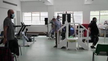 Fisioterapeutas trabajan con cada paciente para ayudarlos a recuperar fuerza y movilidad.