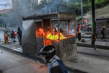Cabina de peaje en llamas en el marco de las protestas en Colombia