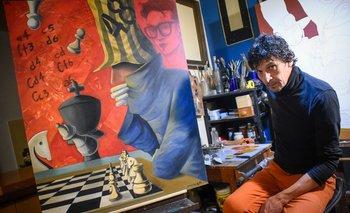 Fabián Mendoza junto a su obra en homenaje a Carlos Federico Cabezudo