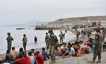 Según el ministro del Interior español, Fernando Grande-Marlaska, unos 6.000 migrantes entraron irregularmente a Ceuta el lunes, un récord para un solo día