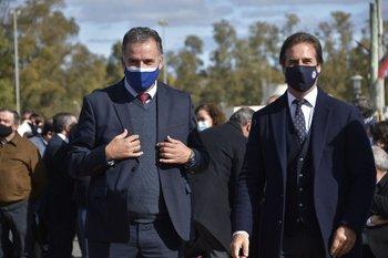 Intendente Yamandú Orsi y presidente Luis Lacalle Pou en un acto en Las Piedras