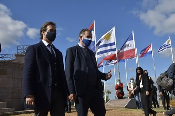 Yamandú Orsi con Luis Lacalle Pou