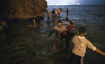 Los migrantes aprovecharon la marea baja para intentar cruzar la frontera; entre ellos, cientos de menores de edad