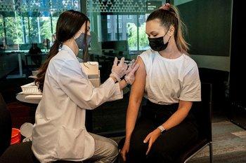 Estudiante se vacuna en la Universidad de Washington
