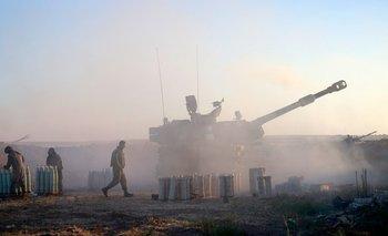 Los soldados israelíes disparan un obús autopropulsado de 155 mm hacia la Franja de Gaza desde su posición a lo largo de la frontera, este 18 de mayo
