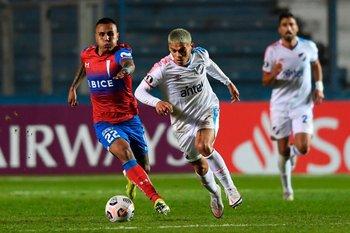 Brian Ocampo frente a la Católica; el delantero es uno de los mejores jugadores del tricolor