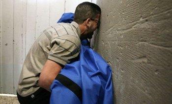 Un hombre llora la muerte de su hija de 12 años en Gaza