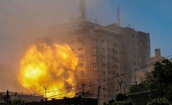 Una bola de fuego surge de la Torre Jala cuando es destruida en un ataque aéreo israelí en la ciudad de Gaza, el 15 de mayo de 2021