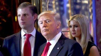 Donald Trump (centro) pasó el control de la organización a sus hijos cuando fue presidente