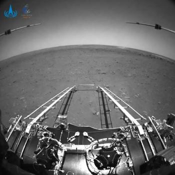 Las imágenes frontales muestran el paisaje llano de Utopia Planitia.