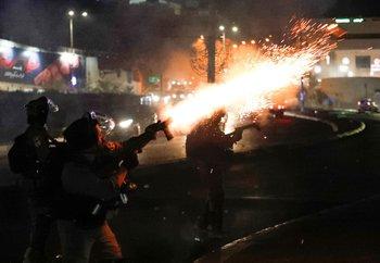 Fuerzas de seguridad israelíes disparan gases lacrimógenos durante enfrentamientos con palestinos en la ciudad mayoritariamente árabe de Umm al-Fahm, en el norte de Israel, el 19 de mayo de 2021