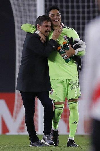 El abrazo final de Gallardo y Enzo Pérez