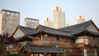 Entre los altísimos rascacielos se pueden encontrar los Hanoks, la vivienda de planta baja tradicional coreana.
