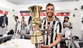 Rodrigo Bentancur con su segunda Coppa Italia lograda con Juventus, su título 11 con solo 23 años