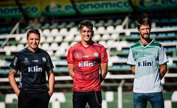 Cristian Rodríguez, Santiago Mele y Álvaro Fernández en la presentación de la nueva indumentaria