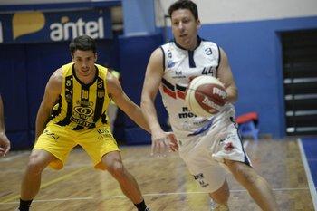 Andrés Dotti mira a Fernando Martínez