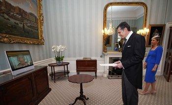 El embajador se presentó ante la reina mediante videoconferencia