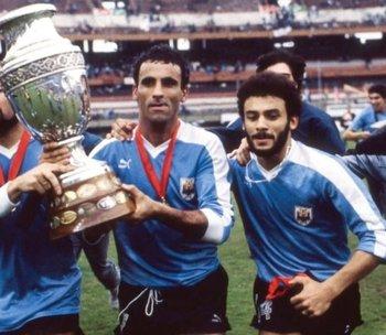 Antonio Alzamendi y Alfonso Domínguez en la vuelta olímpica de Uruguay tras ganar la Copa América de Argentina 1987