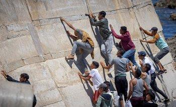 Inmigrantes tratando de cruzar el enclave ceutí