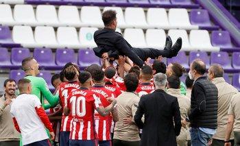 El Cholo Simeone por los aires en el festejo de los jugadores del Atlético
