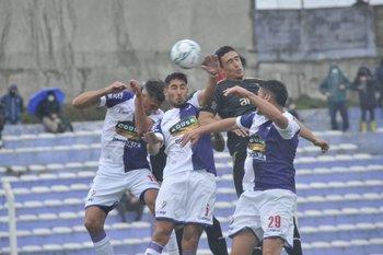 Fénix y Peñarol mostraron poco en el primer tiempo