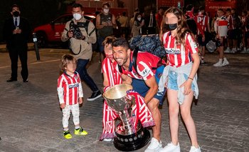 Luis Suárez celebra junto a sus hijos el título de LaLiga de España con Atlético de Madrid