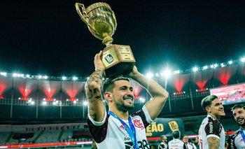 Giorgian De Arrascaeta levantó la copa del título del Campeonato Carioca con Flamengo