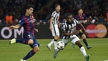 Luis Suárez definiendo ante Patrice Evra de Juventus la Liga de Campeones para Barcelona